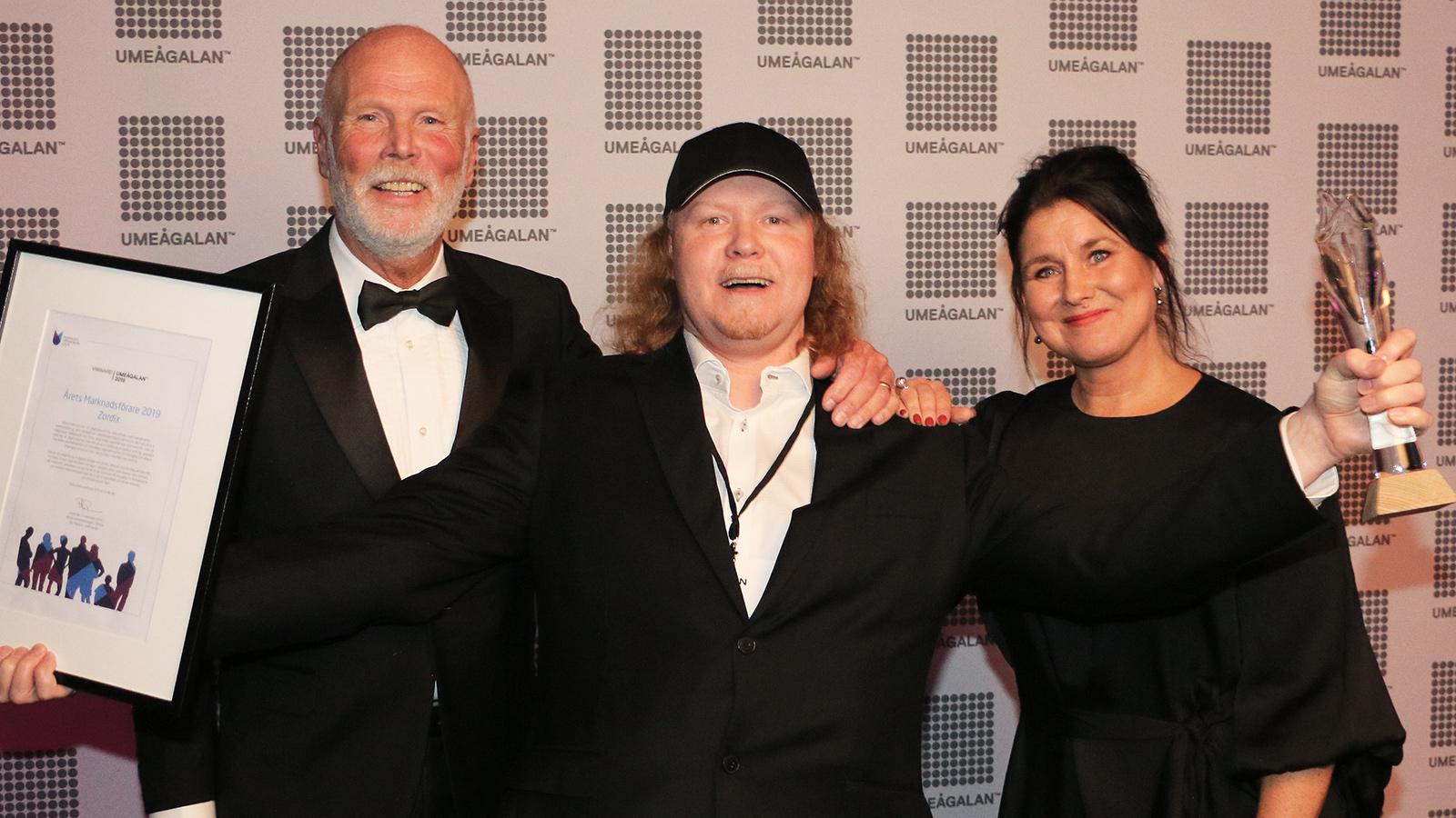 En mycket glad Matti Larsson tar emot priset som Årets marknadsförare. Prisutdelare var Nils Paulson och Anna Wikholm Kjellberg. Foto: Mikael Hansson.