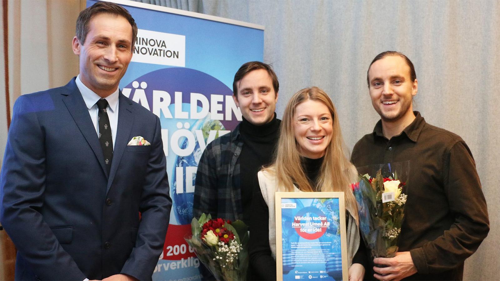 Johan Hedengran, affärsutvecklare Uminova Innovation, tillsammans med vinnarna Tobias Remes, Ellen Bergström och Daniel Remes.
