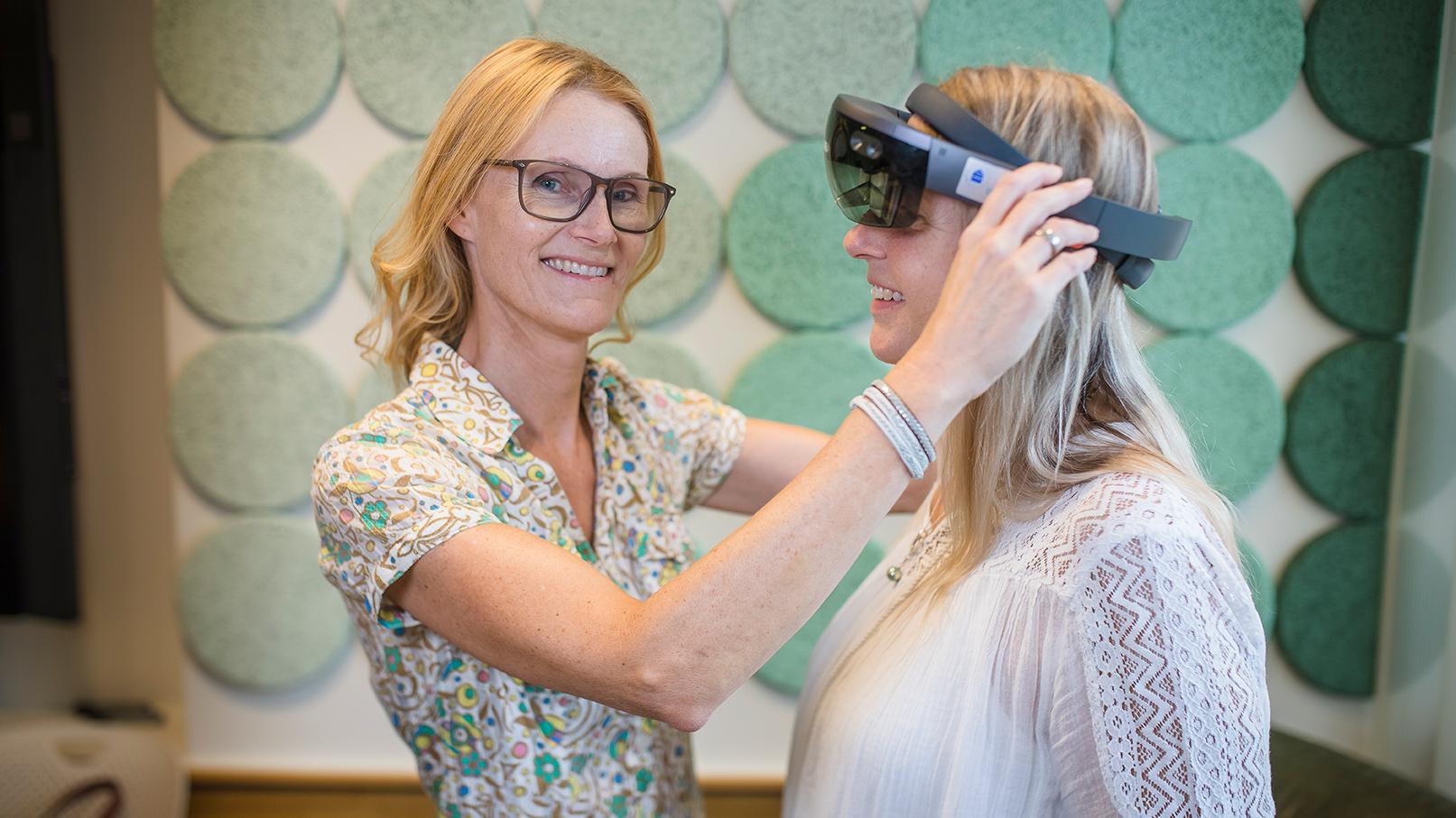 Professor Helena Lindgren, till vänster i bild, är en av de forskare inom AI vid Umeå universitet som får anslag via Wallenbergstiftelserna.