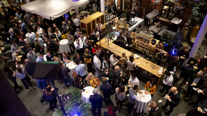 Högt i tak när forskningsbolag coh startups möter investerare och storbolag. Sammanlagt över 200 möten hölls under dagen.
