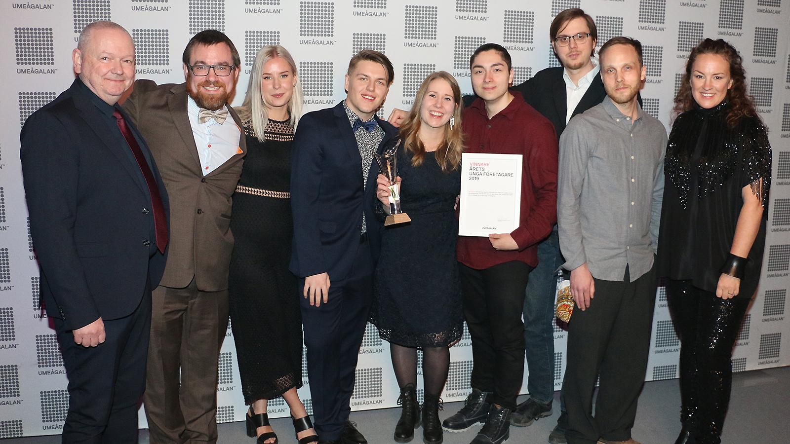 Teamet från Mowida firar tillsammans med grundaren Meiju Vartiainen, mitten. På sidorna prisutdelarna Hans Adolfsson och Frida Wimelius.