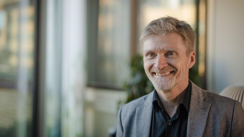 Antalet professorer ska öka från 6 till 14, doktorander från 20 till 60 och postdoktorer från 8 till 35. Professor Erik Elmroth, prefekt för Datavetenskap vid Umeå universitet, är mycket nöjd med hur datavetenskap växer. Foto: Mattias Pettersson.