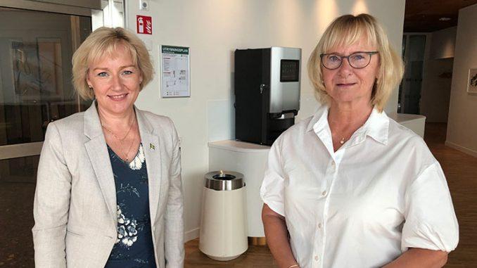Pa? bilden Helene Hellmark Knutsson (till va?nster) tillsammans med civilminister Lena Micko vid utna?mningen. Foto: Jonas Lannering/Regeringskansliet