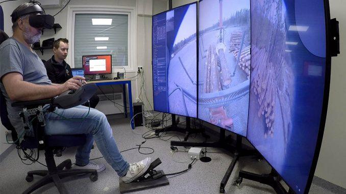 Andreas Johansson, Sveaskog, och Morgan Rossander, Skogforsk, prövar teknik för fjärrstyrning av skogsmaskiner. Foto: Skogforsk.