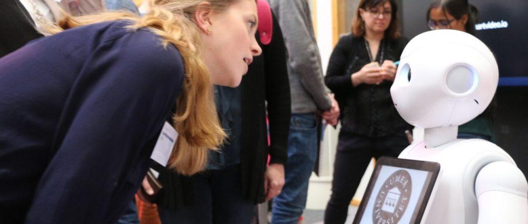 Kvinna samtalar med robot
