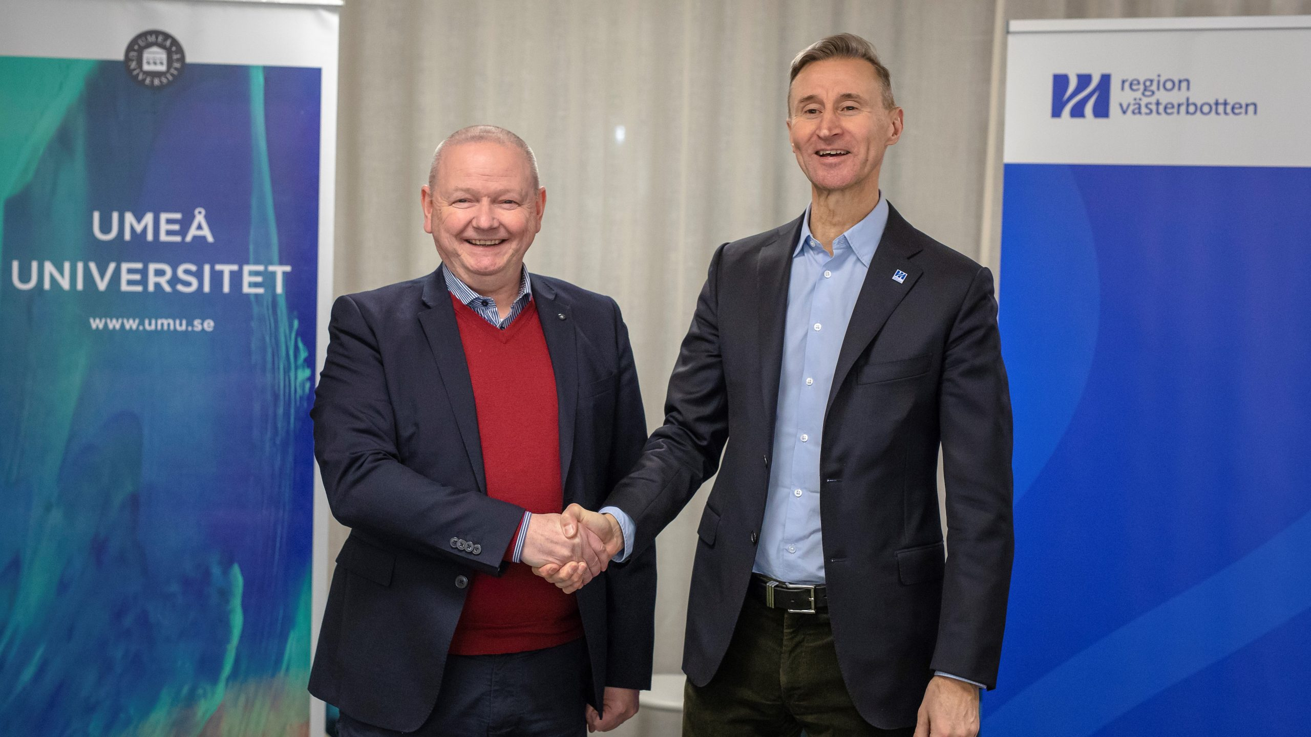 Rektor Hans Adolfsson och regiondirektör Kent Ehliasson skakar hand.
