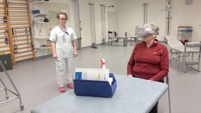 Fysioterapeut Mimmi Sokka och patienten Ann-Katrin Lundqvist testar de nya VR-glasögonen vid Storumans sjukstuga.