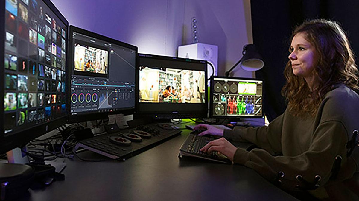 Kvinna spelar dataspel.