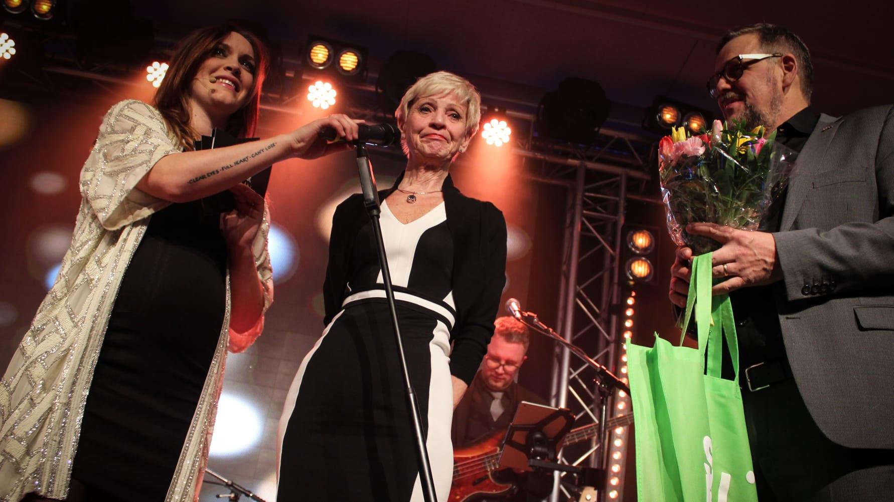Britt-Marie Lundmark (mitten) stod för 2016 års bästa affärsidé och blev därmed vinnare av Vinn ett aktiebolag. Under Alvargalan tog hon emot priset av Skellefteå kommuns näringslivschef Bengt Ivansson.