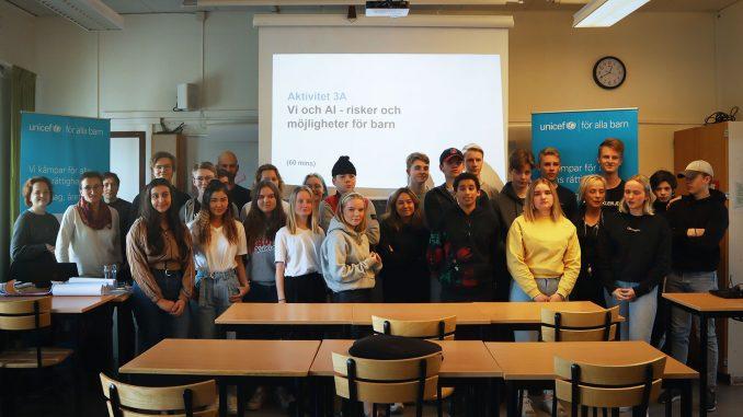 Elever tillsammans med forskare på gruppbild