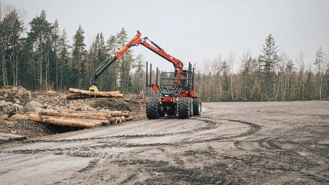 Bilden visar en skogsmaskin utan förare som lastar stockar