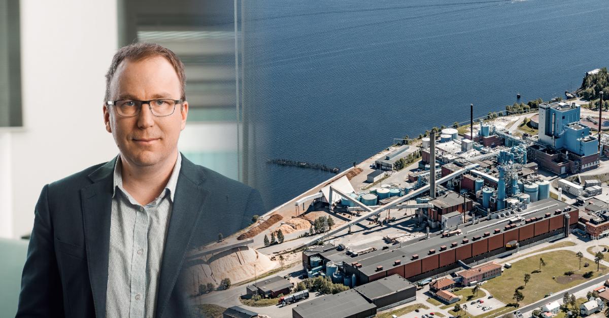 Gustaf Nygren, platschef SCA Obbola, framför fabriken