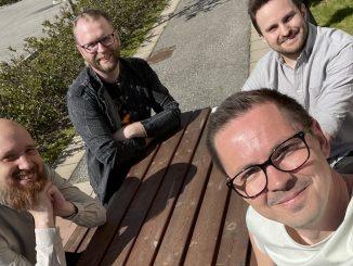 Linus Ström, Joel Jonasson, Patrik Knutsson, Rickard Jäger från Blast Bit vid ett bord i sol.